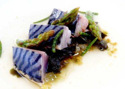 Caballa-curada-en-sal-de-algas,-picada,-algas-y-halófilas-en-escabeche-y-caldo-dashi
