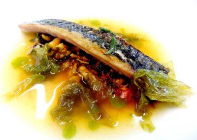 Caballa-curada-y-escabechada,-con-algas-fermentadas-y-caldo-de-algas.