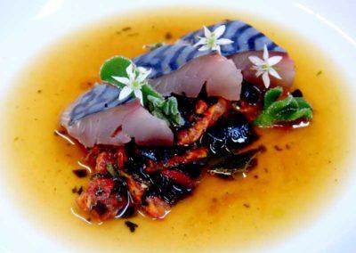 Pesto-de-algas-y-tomate,-caballa-curada-en-sal-de-algas-y-caldo-miso