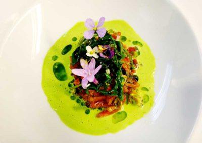 Plantas-silvetres-fermentadas-con-crema-de-diplotaxis-y-flores-de-liliaceas