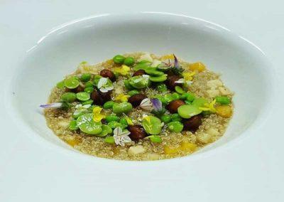 Sopa-de-quinoa,garbanzos,guisante,habas,boniato-y-calabaza-crudos,flores.