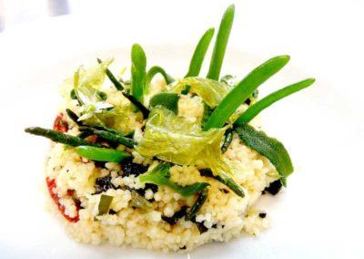 Taboule-de-algas-en-sacabeche,-tomate-pasificado-y-aceituna-negra-deshideratada.