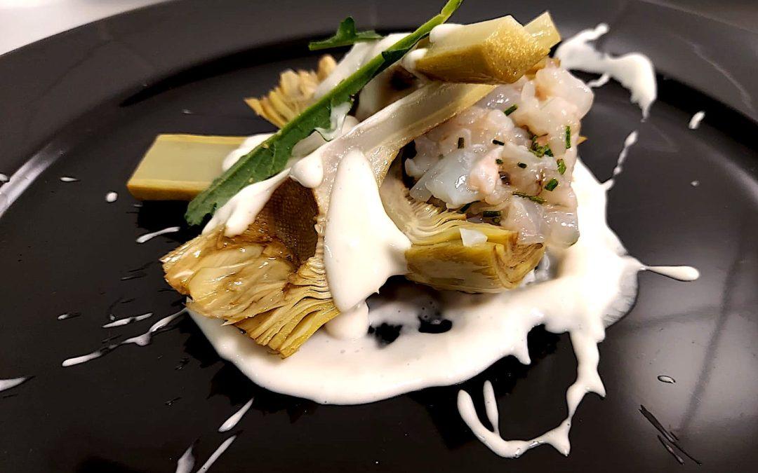 Alcachofa confitada con tartar de cigalas y su emulsión